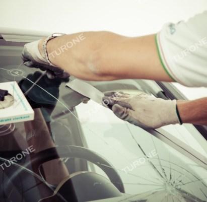 Carglass Ribera Hai trovato improvvisamente il parabrezza dell'auto scheggiato? Niente di più comune … tuttavia la maggior parte delle scheggiature che si creano sul parabrezza della tua auto possono essere agevolmente risolti grazie all'intervento dei nostri fitter specializzati in sostituzione parabrezza e riparazione parabrezza auto con Carglass Ribera. Il parabrezza è un elemento fondamentale per la sicurezza in auto e come tale indispensabile è la competenza di chi lo dovrà sostituire o calcolarne l'integrità; per questa ragione non devono essere improvvisate riparazioni inesperte o sostituzioni con parabrezza non certificati … in quanto a pagarne le conseguenza sarà solo la vostra sicurezza. In ogni caso se l' estensione della scheggiatura nel parabrezza è superiore ai 25mm di diametro o si trova a meno di 6 cm del bordo del parabrezza e la riparazione non è eseguibile, i nostri esperti penseranno tempestivamente all'installazione del nuovo parabrezza che,come da nostra regola, saranno assolutamente conformi in termini di originalità e qualità previsti al parabrezza sostituito. I tecnici di Turone Carglass Ribera, esperti della sostituzione parabrezza, sapranno indirizzarti su come muoverti e agendo per tempo, potresti anche usufruire di condizioni e promozioni particolarmente stimolanti. Eseguiamo il servizio di sostituzione parabrezza, sostituzione parabrezza bus, caravan, furgoni e la riparazione di tutti i vetri in giornata e a domicilio a Ribera e nel resto della Provincia di Agrigento. Per ricevere un preventivo gratuito compila il modulo presente al seguente link: http://www.turone.it/servizi/carglass/sostituzione-parabrezza/