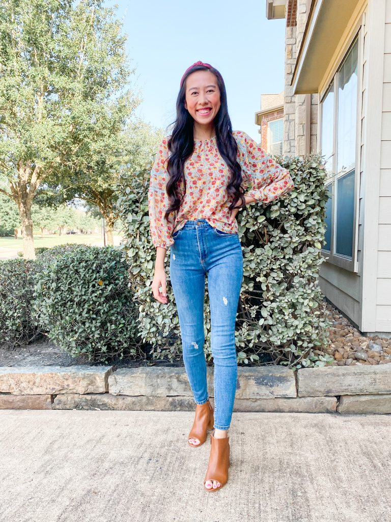 floral blouse and skinny jeans outfit