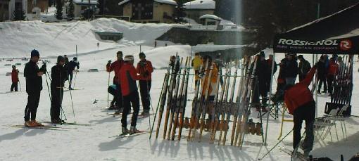 Tester nye ski langs løypen
