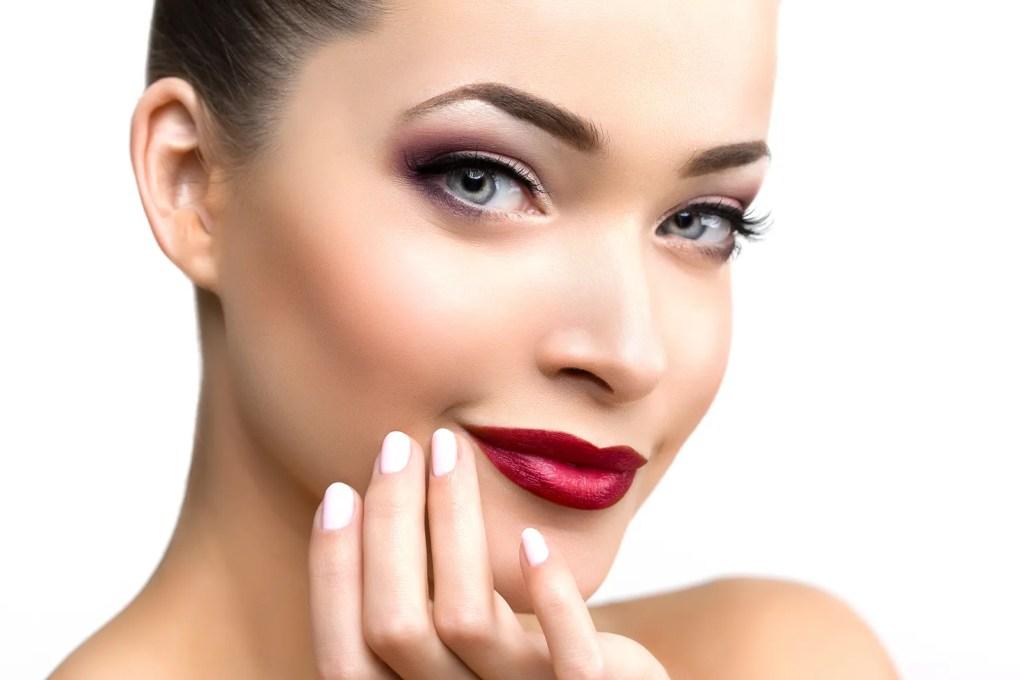mujer bonita con maquillaje sofisticado