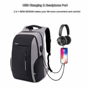 Mochila cargando un móvil y toma con auriculares
