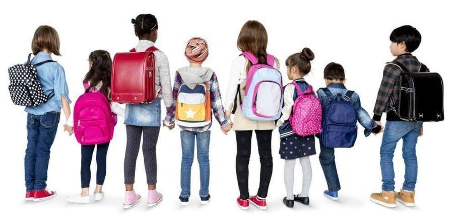 Chicos de espaldas con mochilas escolares