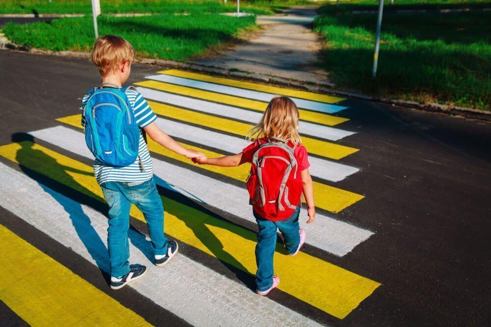 Mochilas Escolares Baratas con USB | Niño con mochila escolar azul y niña con mochila escolar roja