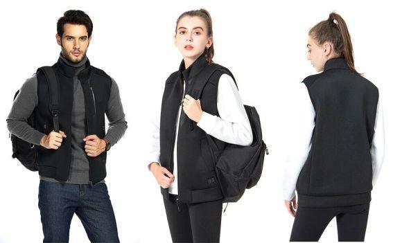 2 chicas y 1 chico con chaleco negro