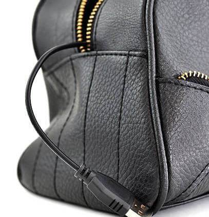 mochila con usb de color negro