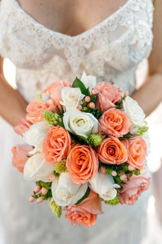 boda_matrimonio_isla_margarita_dia_playa_colorido_vintage_ramo_de_novia_de_rosas_naranjas_y_blancas