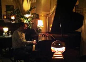 Issam es el pianista del Rick's Café de Casablanca e interpreta dos veces cada noche la canción As time goes by. Foto: Juan Coma.