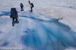 Caminar sobre el hielo requiere el uso crampones y abundante protector solar, debido a la alta reflectancia del sol en esta superficie