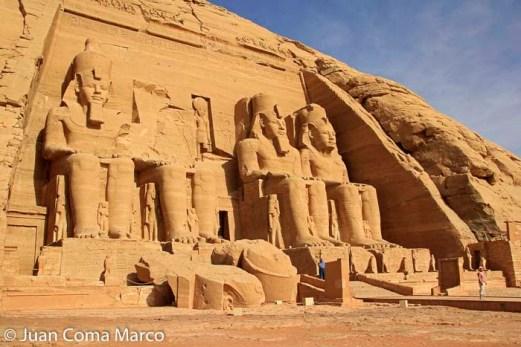 Fachada del Gran Temblo de Abu Simbel con las cuatro estatuas sedentes del faraón Ramsés II/