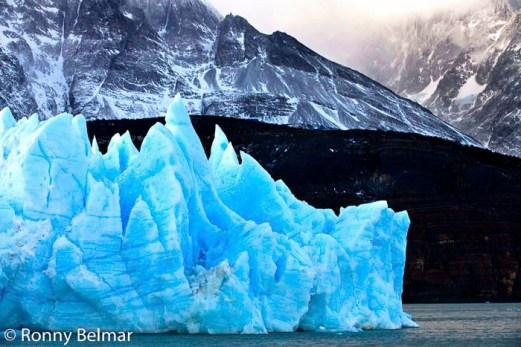 Icebergs que se desprenden desde el glaciar, viajan por todo el lago y llegan hasta la playa situada junto a la Hostería Lago Grey