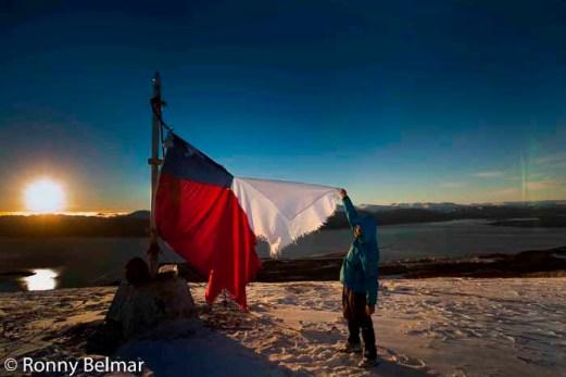 La cumbre del Cerro La Bandera es fácil de alcanzar en dos a tres horas de marcha, desde la cima, la vista a Puerto Williams y al Canal del Beagle es simplemente inolvidable