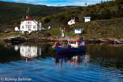 Puerto Navarino es apenas un puñado de casas, sin embargo es un punto fundamental para la navegación a través de los canales australes o para cruzar vía marítima hacia Argentina