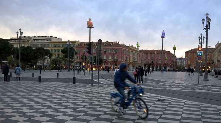 Plaza Mássena, con esculturas de Jaume Plensa