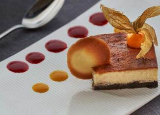 Tarta de queso gallego con confitura de casera de fruta de la pasión y mango