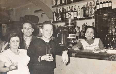 Antonia, la dueña del Kentucky, con algunos de los habituales del bar
