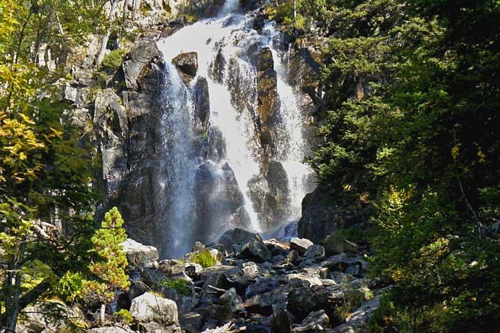 Cascada en el Parque Nacional de Aigüestortes y Estany de Sant Mauric