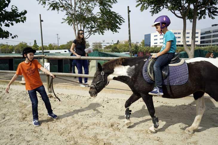 Niños a lomos de un poni en la Hípica Can Caldés