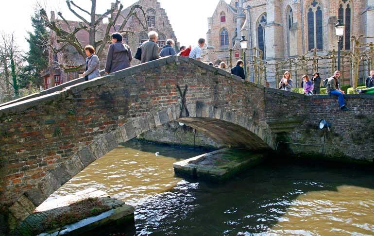 Uno de los numerosos puentes que cruzan los canales de Brujas