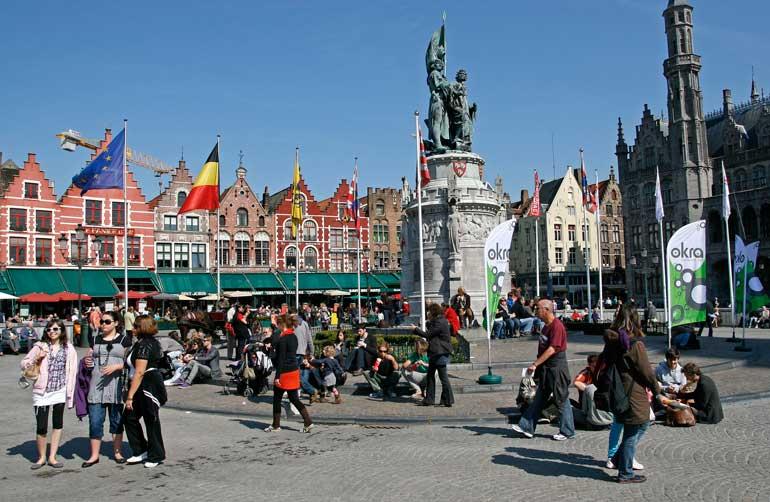 La plaza Grote Markt con la escultura dedicada a los héroes nacionales, Jan Breydel y Pieter de Conninck