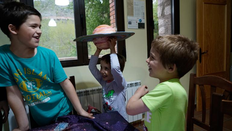 Los niños son los verdaderos protagonistas de las actividades propuestas en el albergue de Aliaga