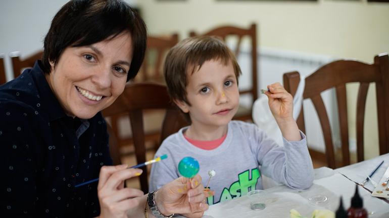 Las familias se lo pasan en grande en el Albergue de Aliaga realizando actividades relacionadas con el astroturismo