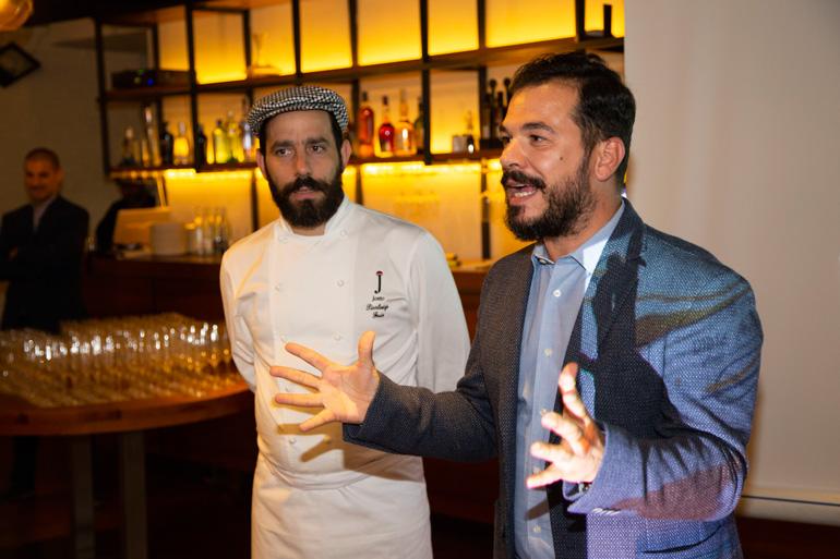 Izquierda, el chef sardo Pierluigi Fais, propietario del restaurante Jostode Cagliari. Derecha, el periodista y sommelier, Giuseppe Carrus