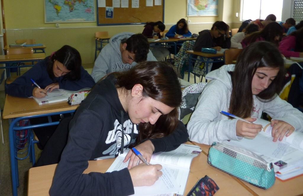 María Aguado, Jorge Velázquez, Helena Arco y Ángel Pertíñez en plena tarea de clase.
