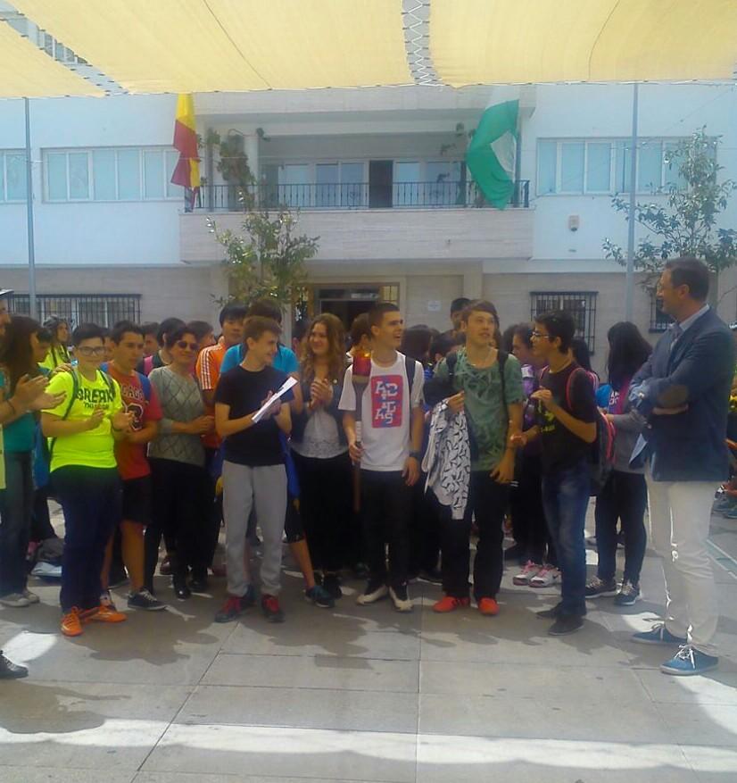 El alumnado de 2ºESO B y la profesora Azuzena Fernández Manzano en el acto público celebrado ante el Ayuntamiento de Armilla.