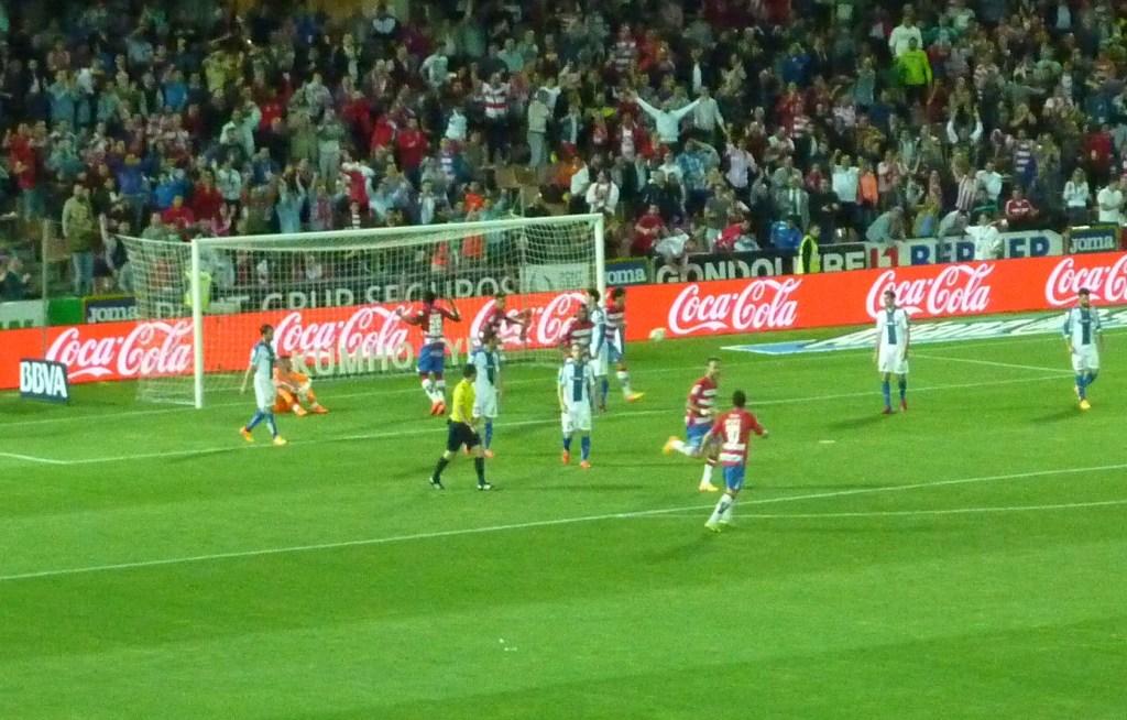 El gol de Mainz puso de nuevo la esperanza de la remontada. Los deseos del graderío corrían más rápido que la cruel realidad. PHOTO: Autor del artículo.