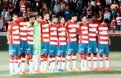 Los jugadores del Granada C.F. antes del comienzo del partido en una imagen premonitoria de la tristeza que depararía la noche. PHOTO: Autor del artículo