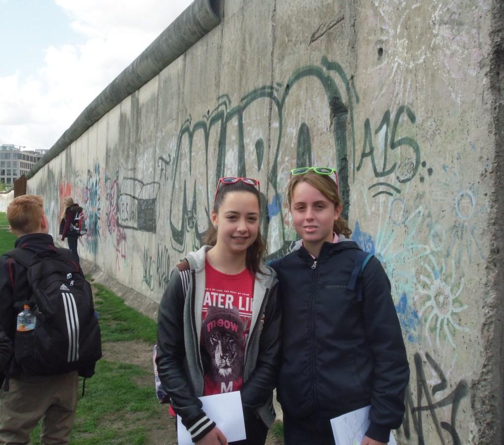 Laura Martín y Claudia Molino junto al muro de Berlín.