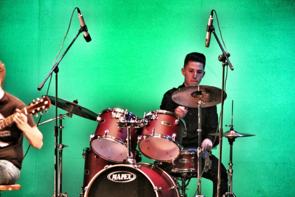 César Cabello en la percusión.