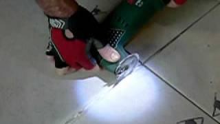 Comment retirer/enlever un joint de carrelage. How to remove a grout between tiles.