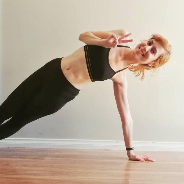 blogger fitness side plank