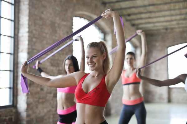 6 esercizi con gli elastici per le spalle