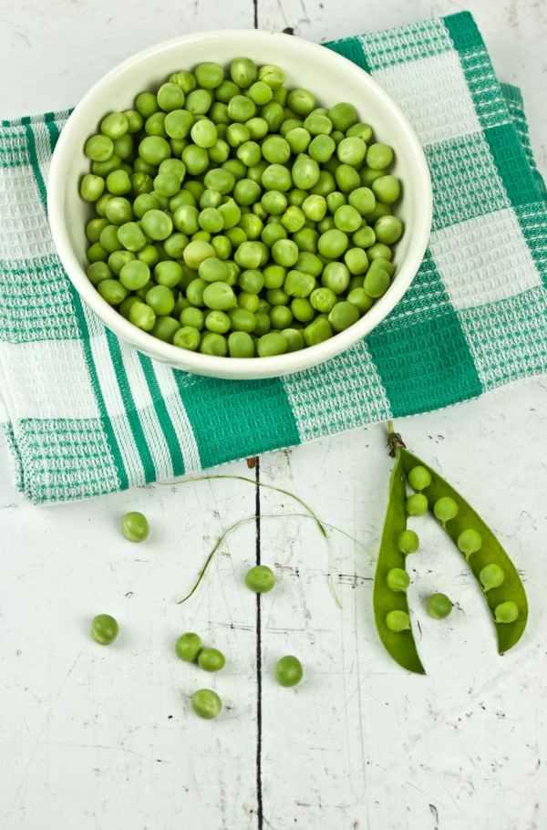 piselli freschi baccello legumi crudi