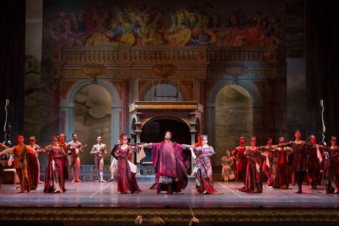 Il corpo di ballo in Romeo e Giulietta. © Ph. Luciano Romano.