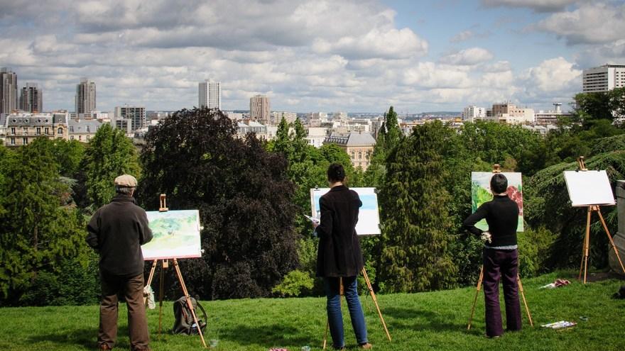 青空で絵画を描く人々