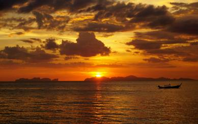 Zachód słońca na Ko Jum. W tle Phi Phi
