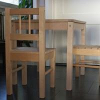 Pöytä ja tuolit pikkuiselle