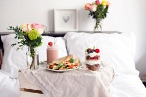 Herkkuja äidille: Gluteenittomat krepit, granolaparfait ja mansikka-basilika-smoothie
