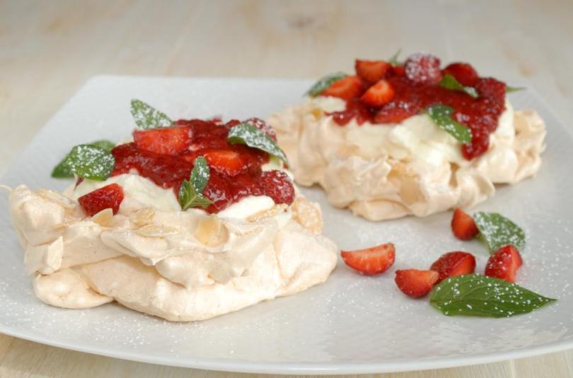 Pavlova maasika-rabarberikastmega