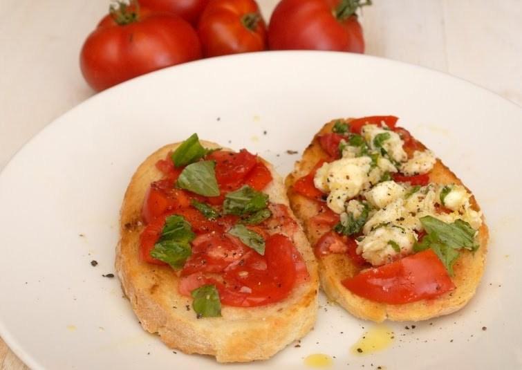Bruschetta. Tomatiga ja marineeritud mozzarellaga