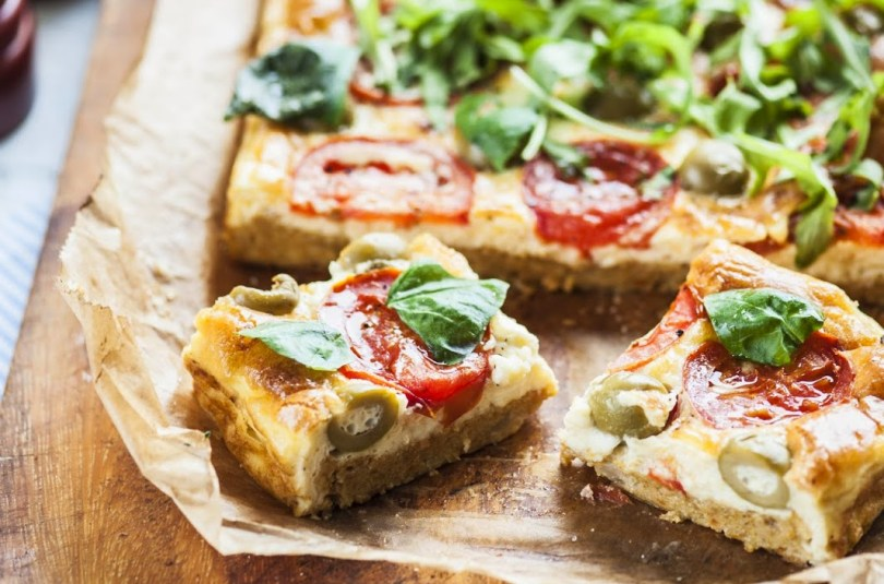 Köögiviljapõhjal Vahemereline pirukas feta juustu ja tomatitega