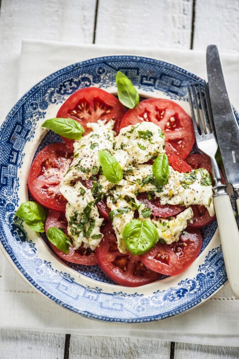 Ürtidega marineeritud mozzarella ja tomatisalat