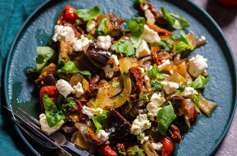 Soe köögiviljasalat ürdikastme ja fetajuustuga