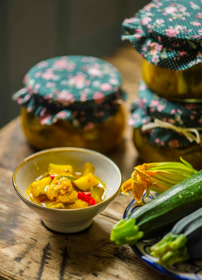 Vürtsikas suvikõrvitsahoidis Piccalilli salati ainetel