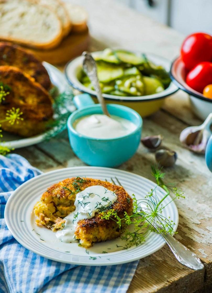 Krõbeda koorikuga lõhe-kartulipätsikesed küüslaugukastmega