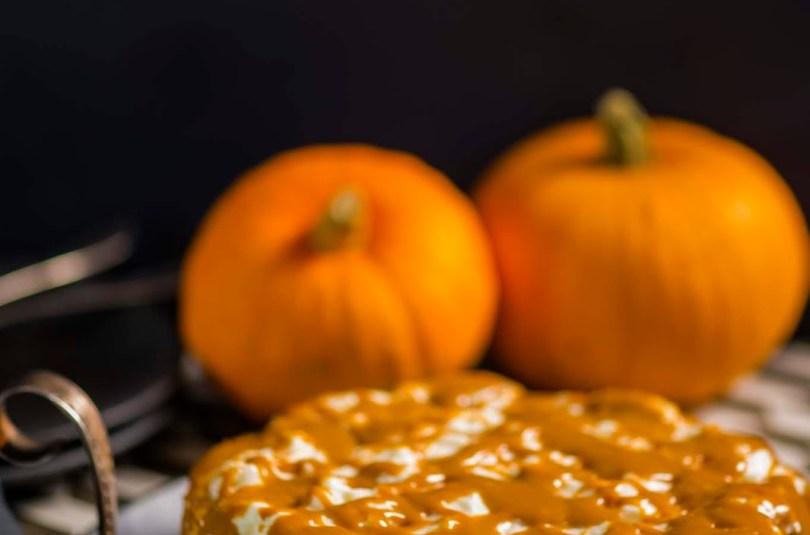 Vürtsikas kõrvitsa toorjuustu kook karamellise kattega