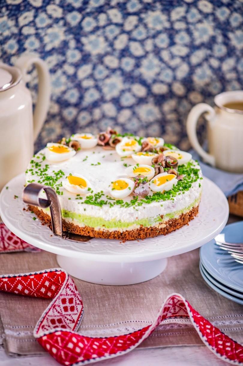 Kihiline kilutort musta leiva, munavõi, hernekreemi ja kodujuustuga.